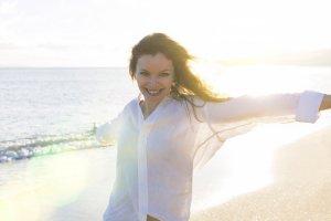 Eine Frau genießt ihr Leben am Strand.